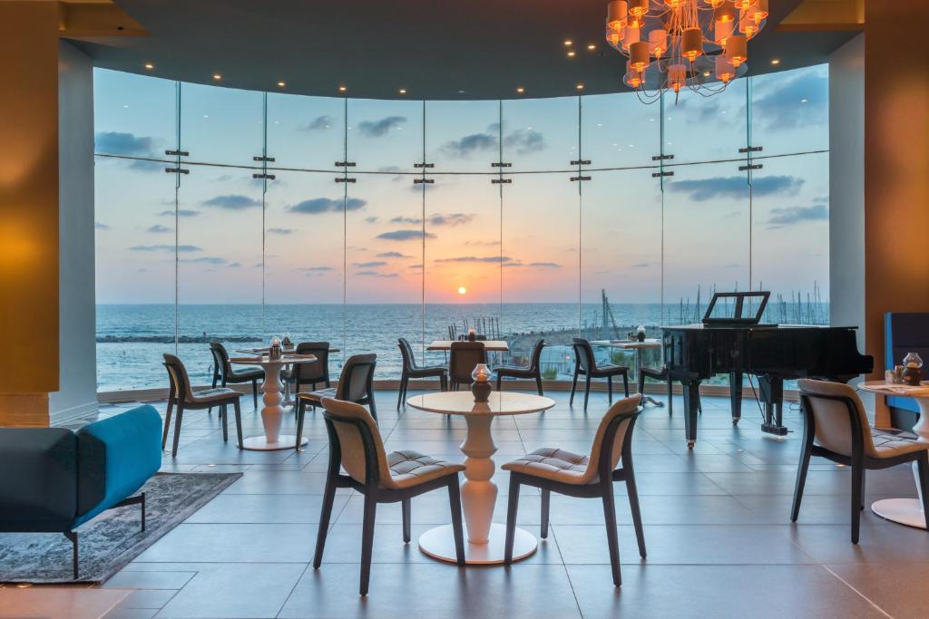 A restaurant or other place to eat at Herods Tel Aviv By The Beach