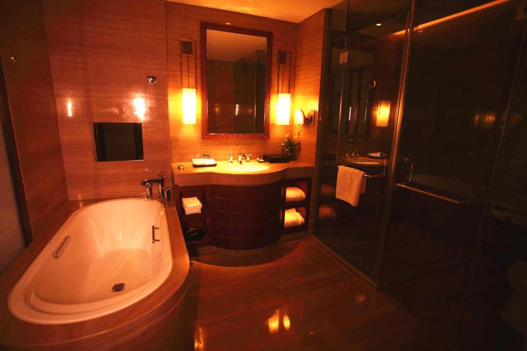 A bathroom at Zhongjian Yanqi Lake View Hotel