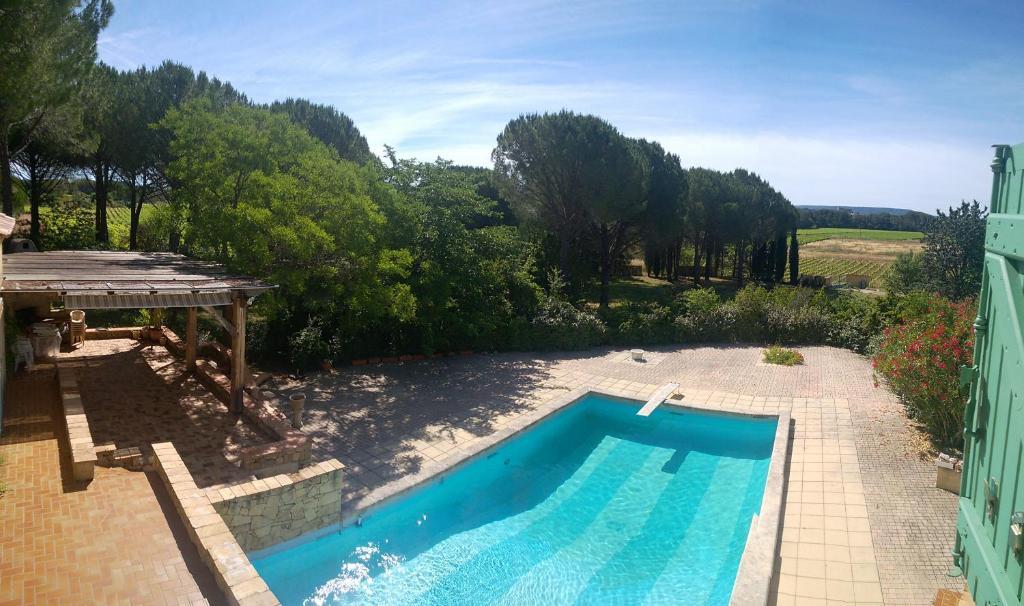 Vue sur la piscine de l'établissement Chambres d'hôtes dans charmante propriété ou sur une piscine à proximité