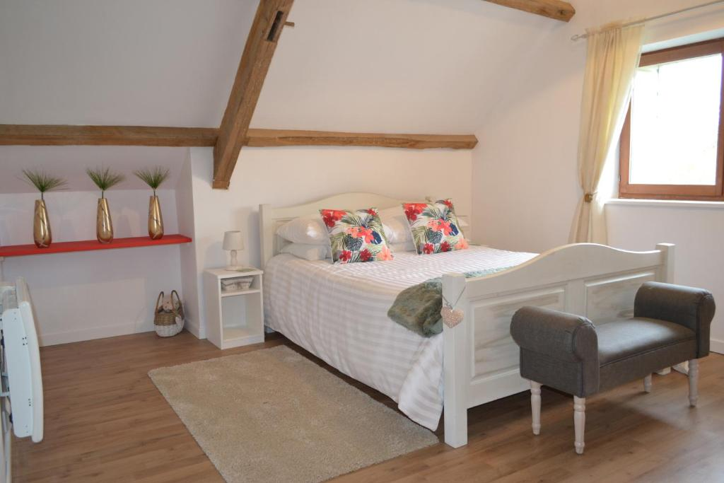 A bed or beds in a room at Chambres d'hôtes - West Wing Suite - Two-Bedroom Apartment