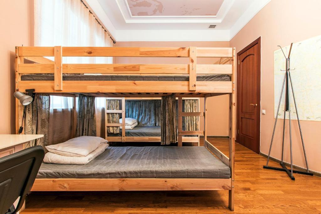 Двухъярусная кровать или двухъярусные кровати в номере Хостел Тихая Гавань