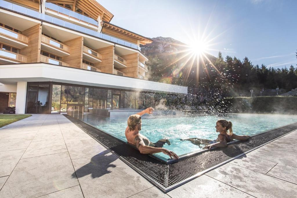 בריכת השחייה שנמצאת ב-Natur- und Aktivresort Reiterhof או באזור