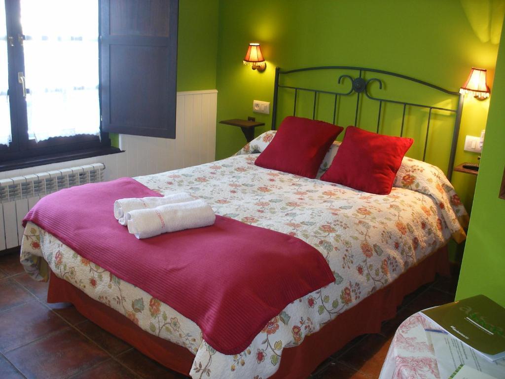A bed or beds in a room at La Fragua del Canajal apartamentos