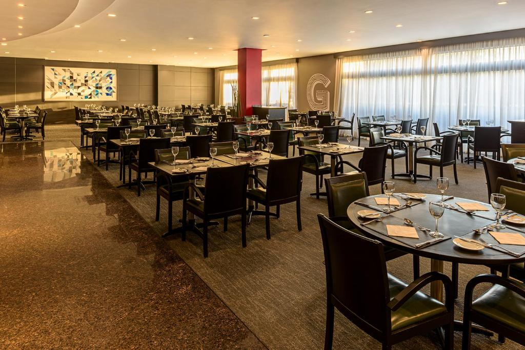 Un restaurante o sitio para comer en Novotel Center Norte