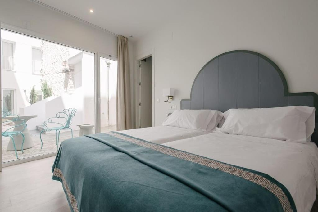 A bed or beds in a room at Suites Plaza del Salvador