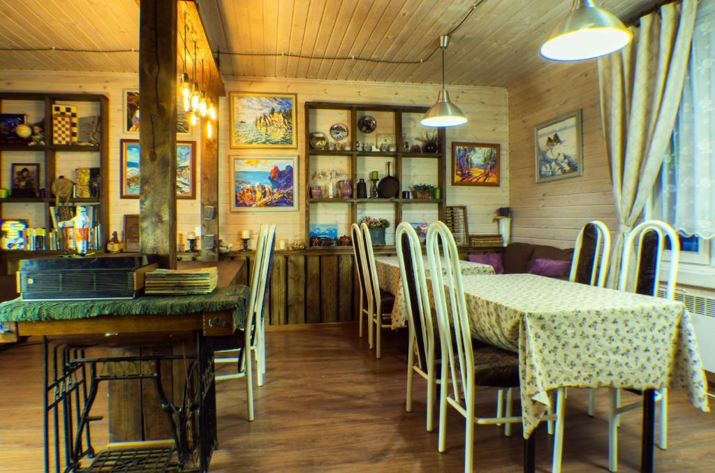 A restaurant or other place to eat at Guest House Baikal Yeti