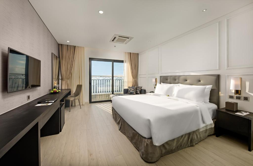 Phòng Deluxe Golden Bay Có Giường Cỡ King Với Ban Công Và Tầm Nhìn Ra Vịnh