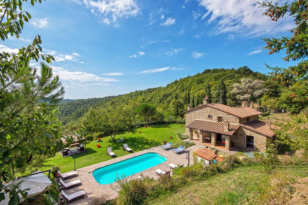 Výhled na bazén z ubytování Villa localita Gello di Antria nebo okolí