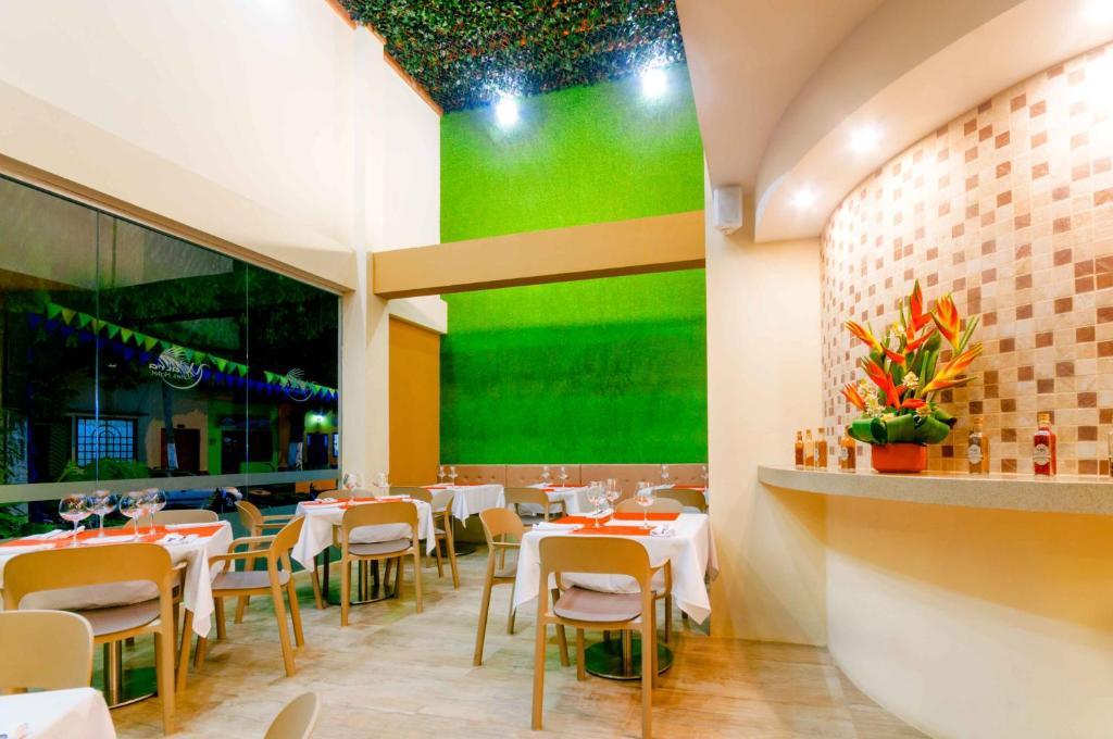 Un restaurante o sitio para comer en Waira Suites