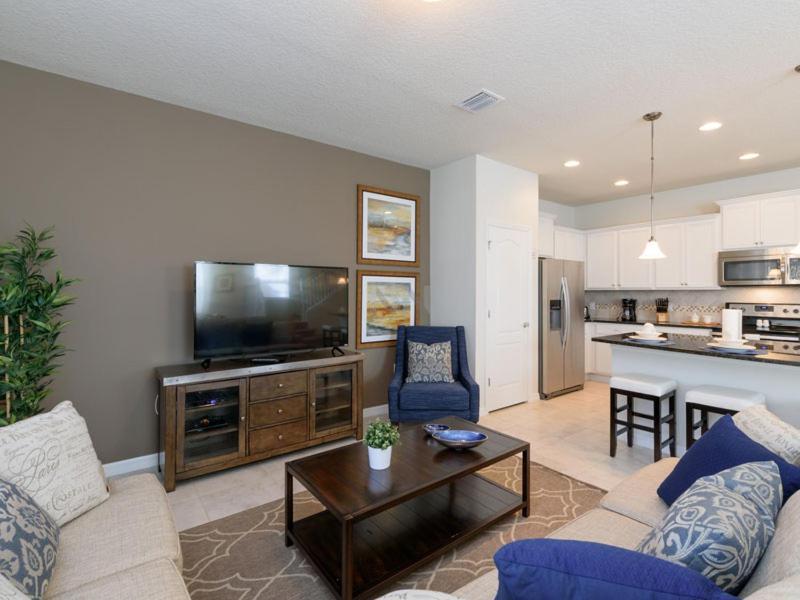Uma área de estar em 2070 Windsor At Westside 5 Bedroom Townhome