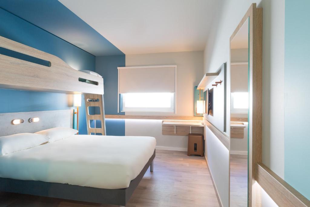 Un ou plusieurs lits superposés dans un hébergement de l'établissement ibis budget Geneve Palexpo Aeroport