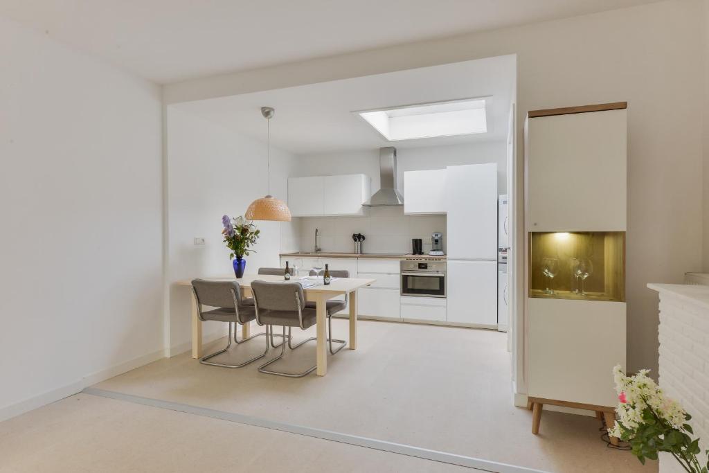 A kitchen or kitchenette at Modern Apartment Baljuwslaan