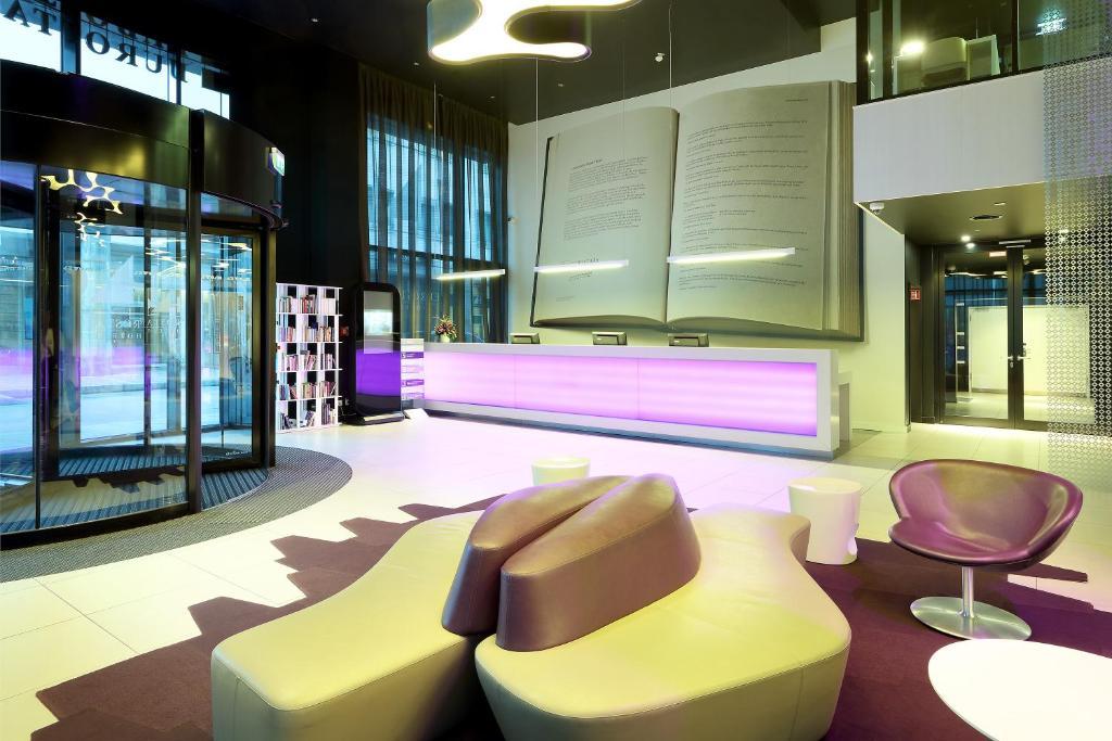 De lounge of bar bij Eurostars Book Hotel