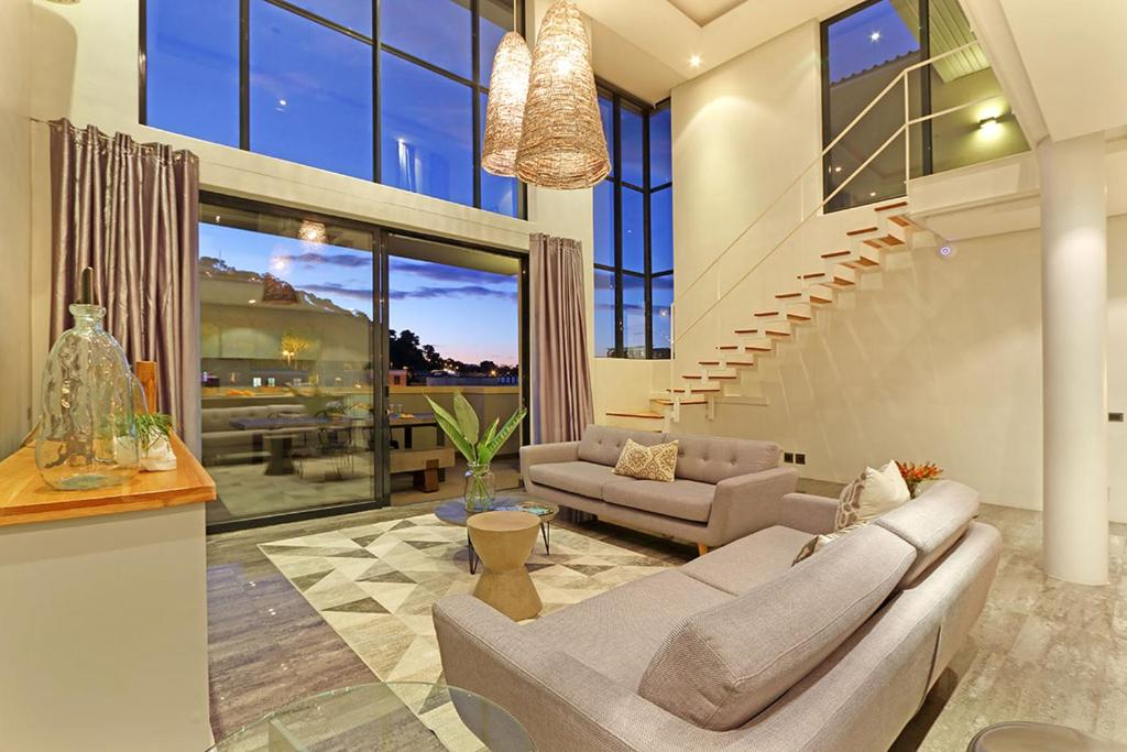 A seating area at Luxurious Penthouse Apartment in Colourful Bo Kaap