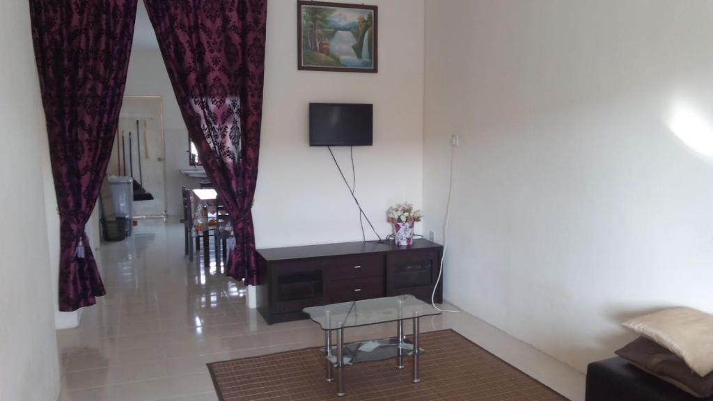 A television and/or entertainment center at Jambuhomestay 3