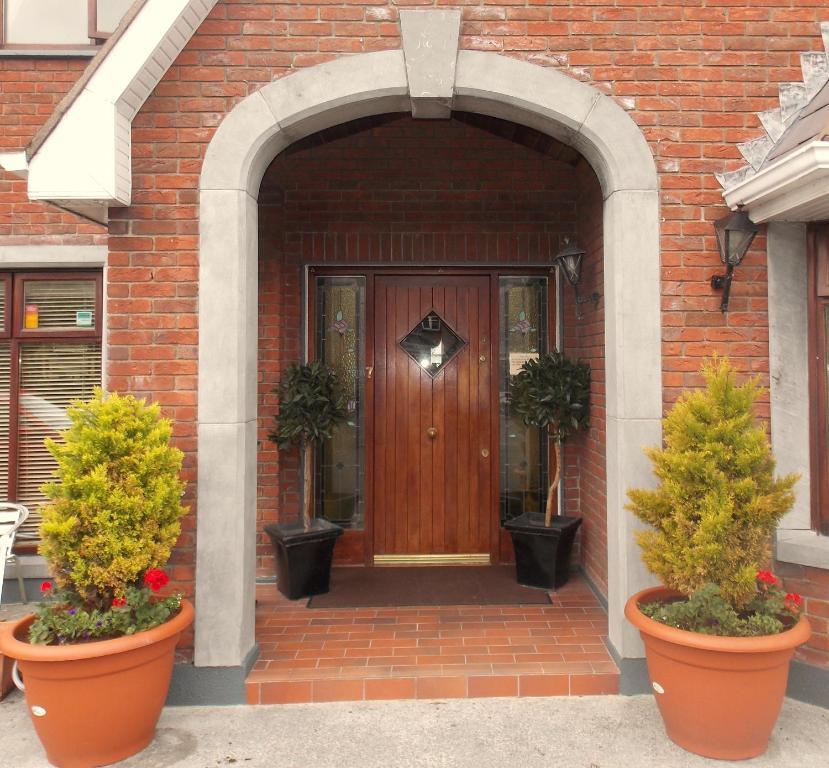 The facade or entrance of Ashford Manor Guesthouse