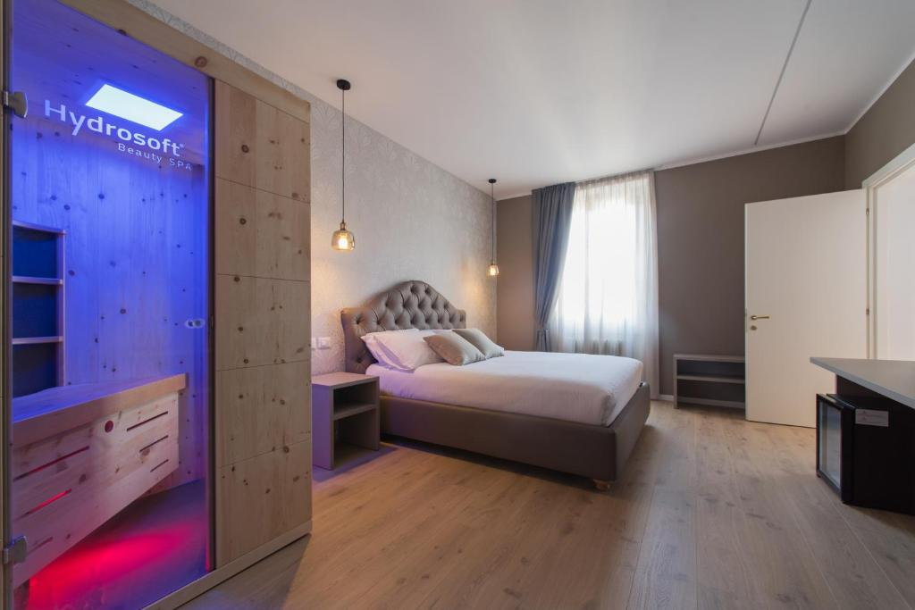 A bed or beds in a room at Lainez Rooms & Suites