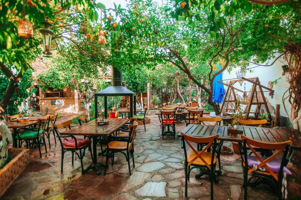 A restaurant or other place to eat at Hadrianus Hotel