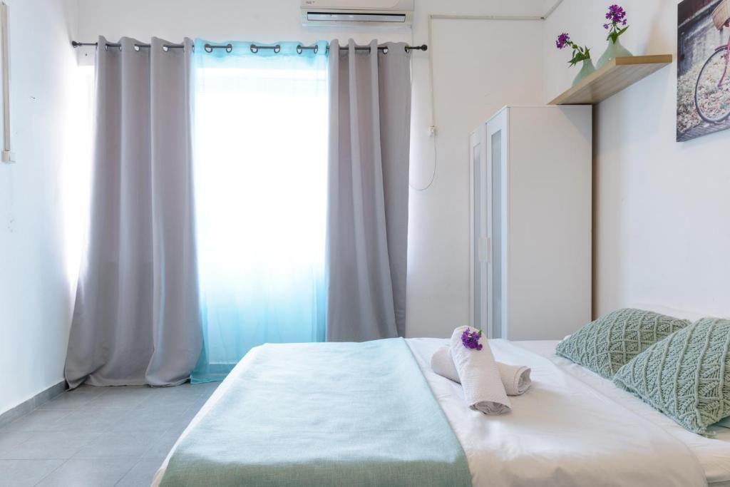 Кровать или кровати в номере Hacarmel Apartment