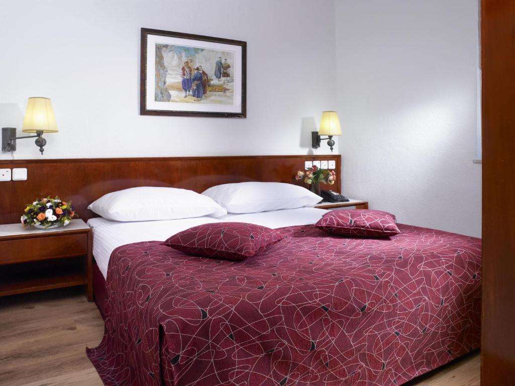 Кровать или кровати в номере Lev Yerushalayim Hotel