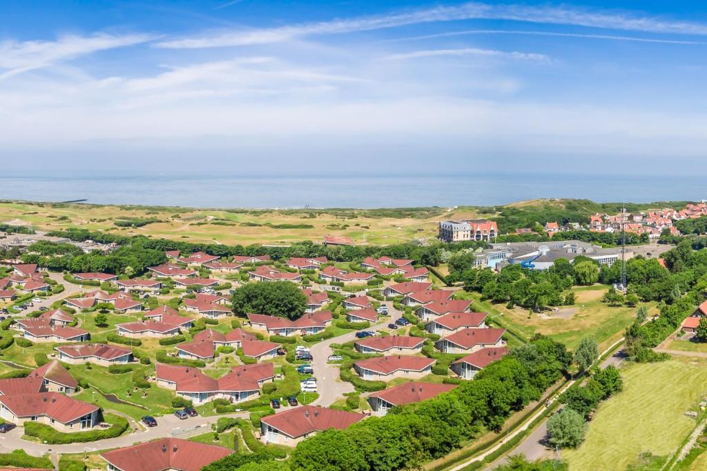 Een luchtfoto van Roompot Hof Domburg