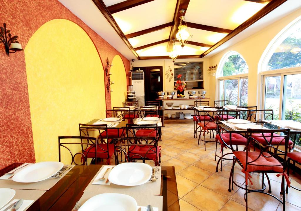A restaurant or other place to eat at The Suites at Calle Nueva