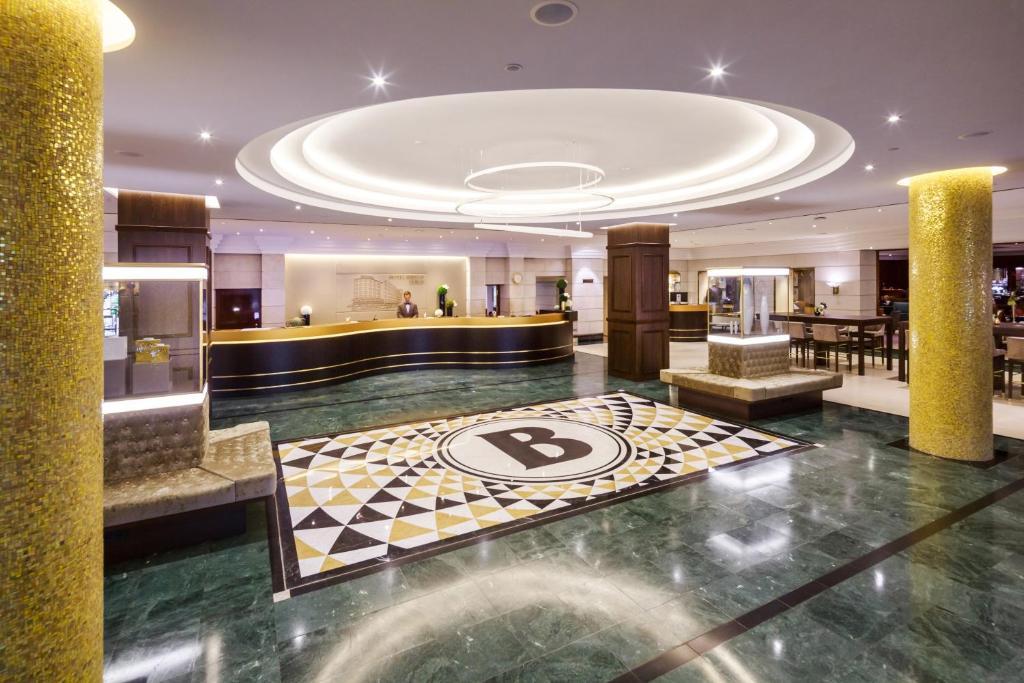 El vestíbulo o zona de recepción de Hotel Bristol Berlin