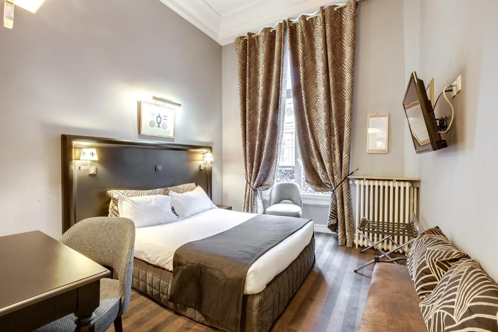 A bed or beds in a room at Hotel Opera Maintenon