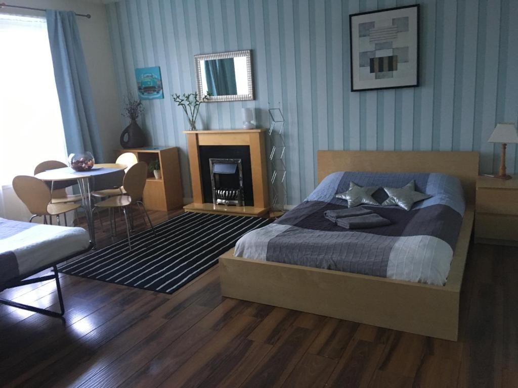 A bed or beds in a room at Cosy Rooms close to City Centre
