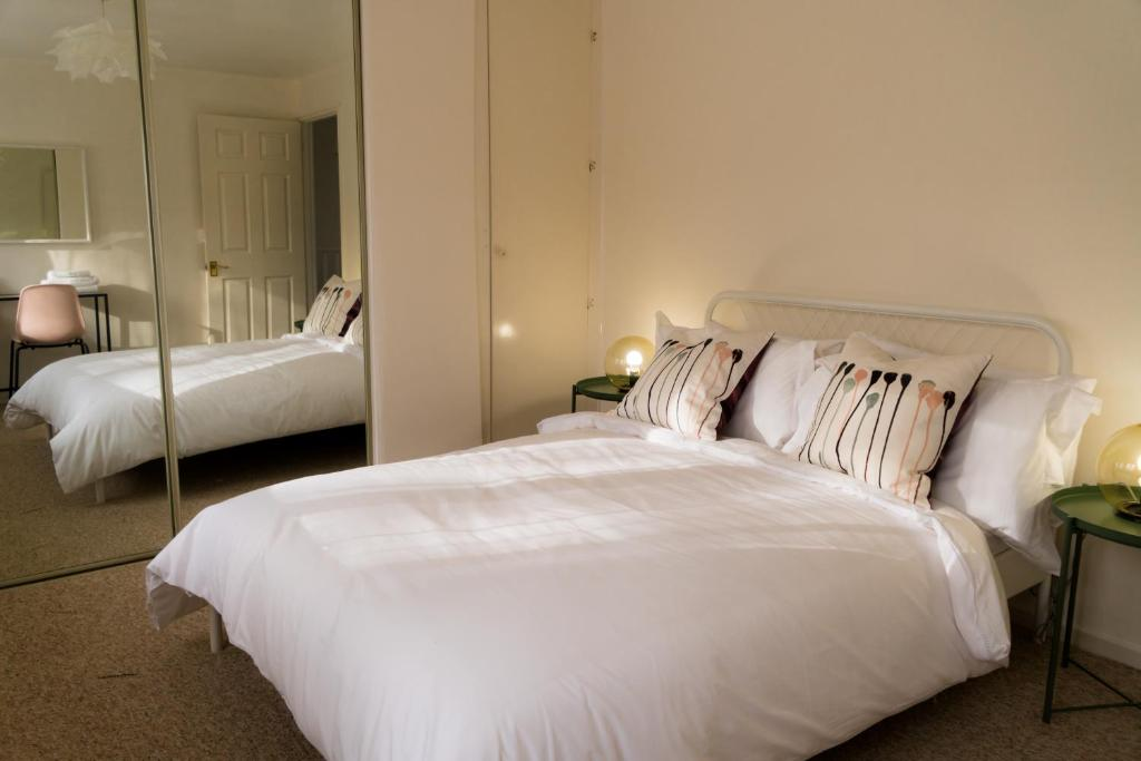 A bed or beds in a room at Cosy Double Bedroom with Parking