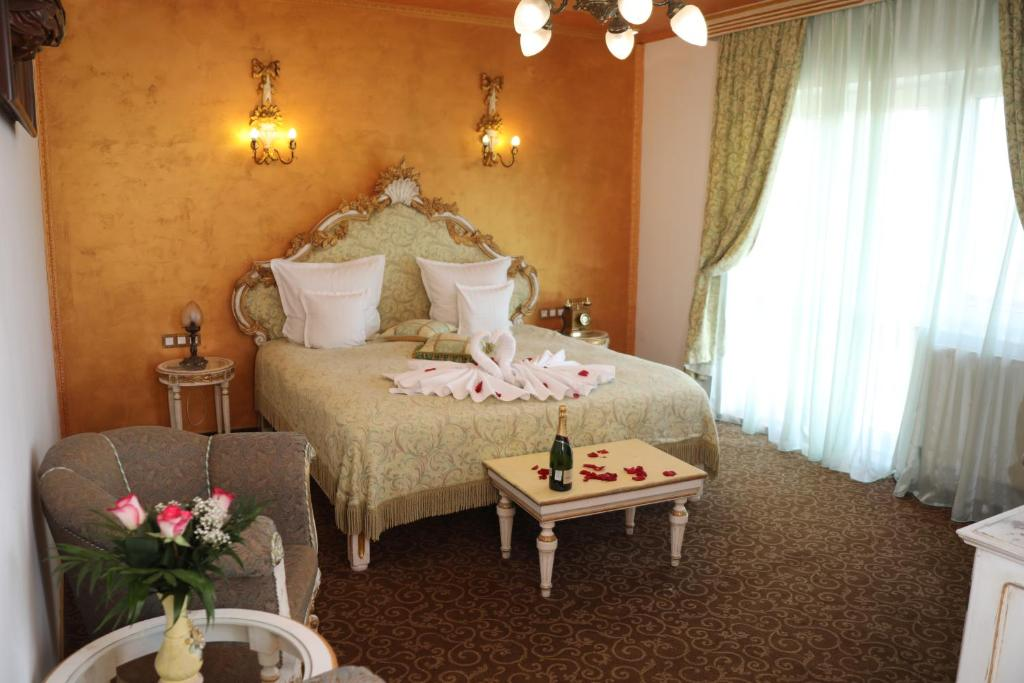 A bed or beds in a room at Pensiunea Milexim