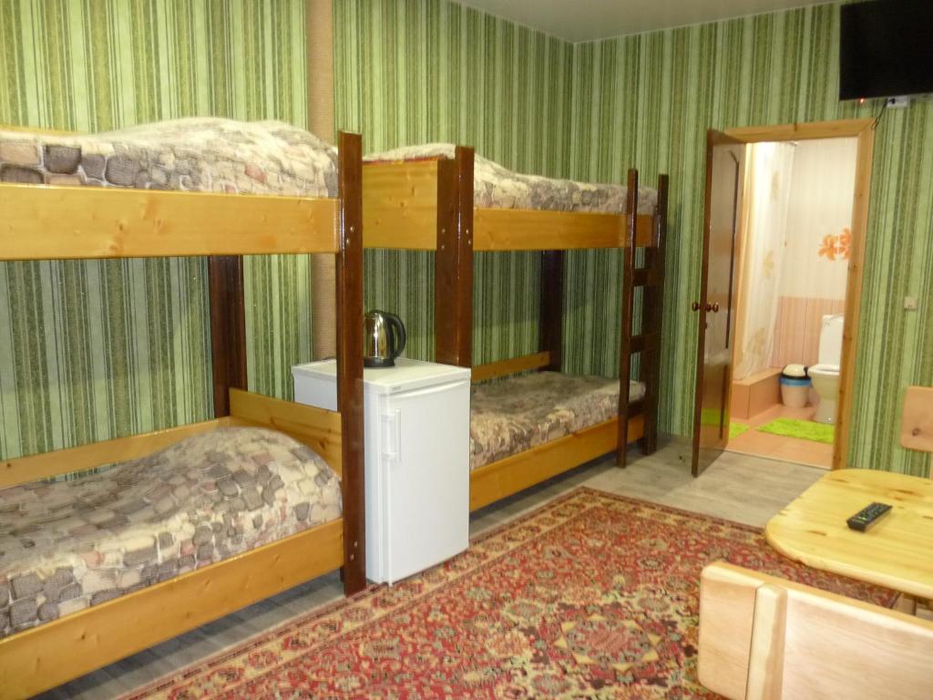 Двухъярусная кровать или двухъярусные кровати в номере Хостел У Леса
