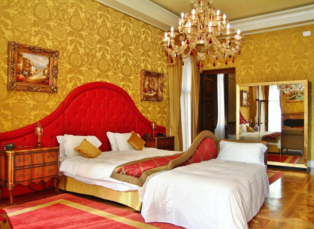 Een bed of bedden in een kamer bij Pesaro Palace