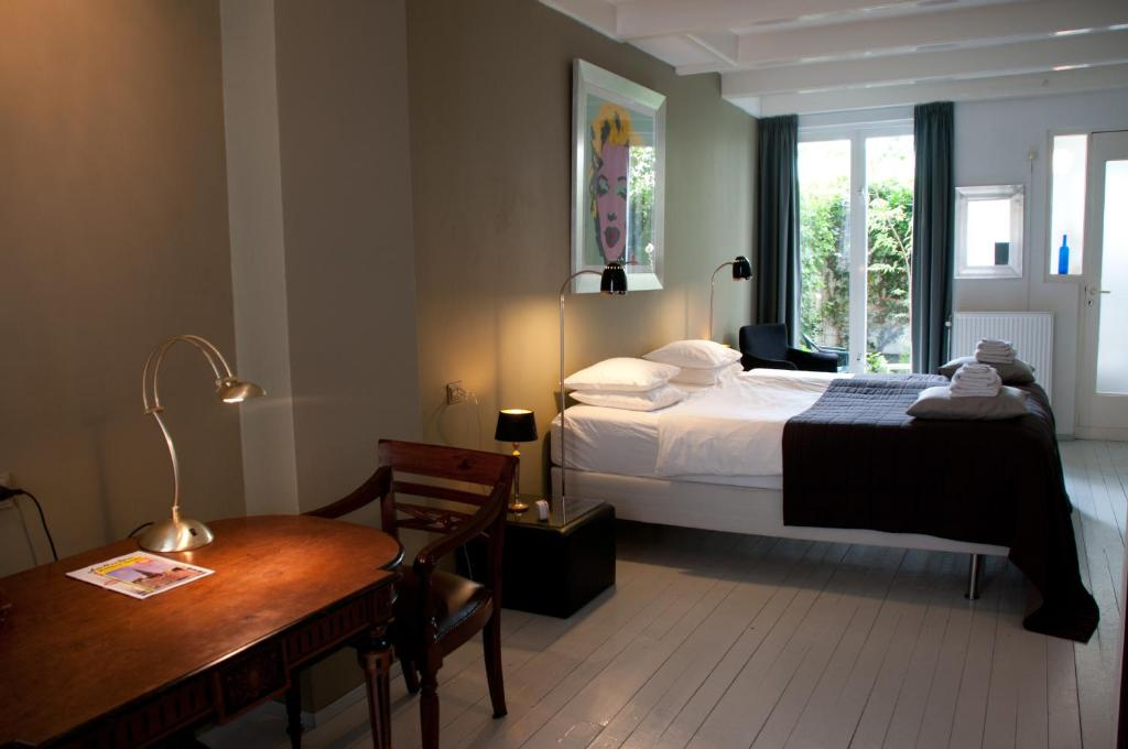 Een bed of bedden in een kamer bij Bed & Breakfast WestViolet