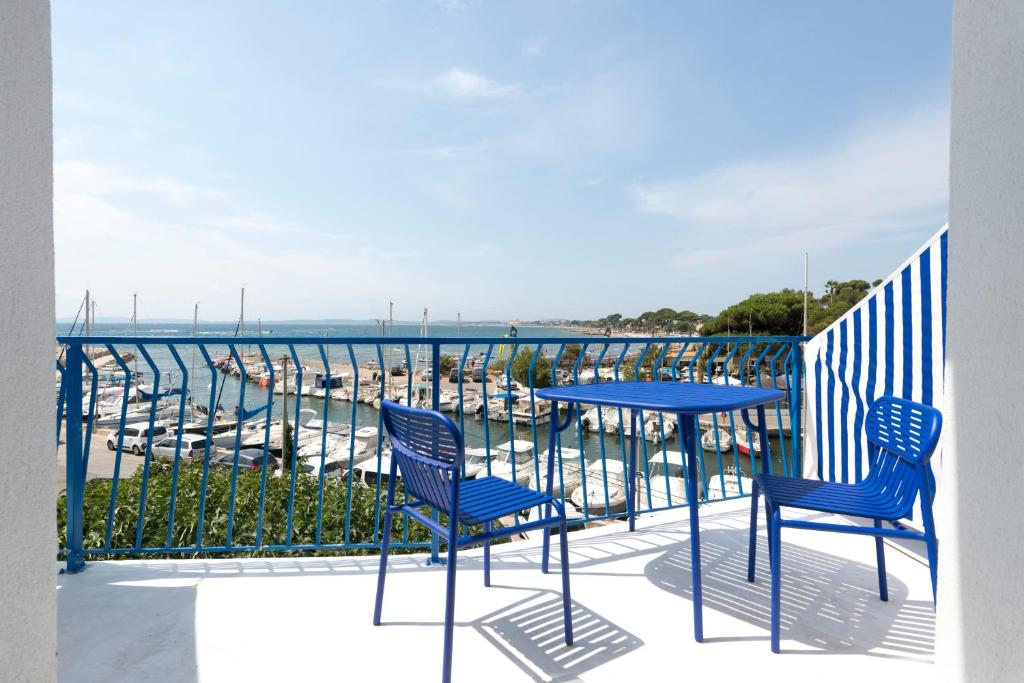 Ein Balkon oder eine Terrasse in der Unterkunft Hôtel La Reine Jane