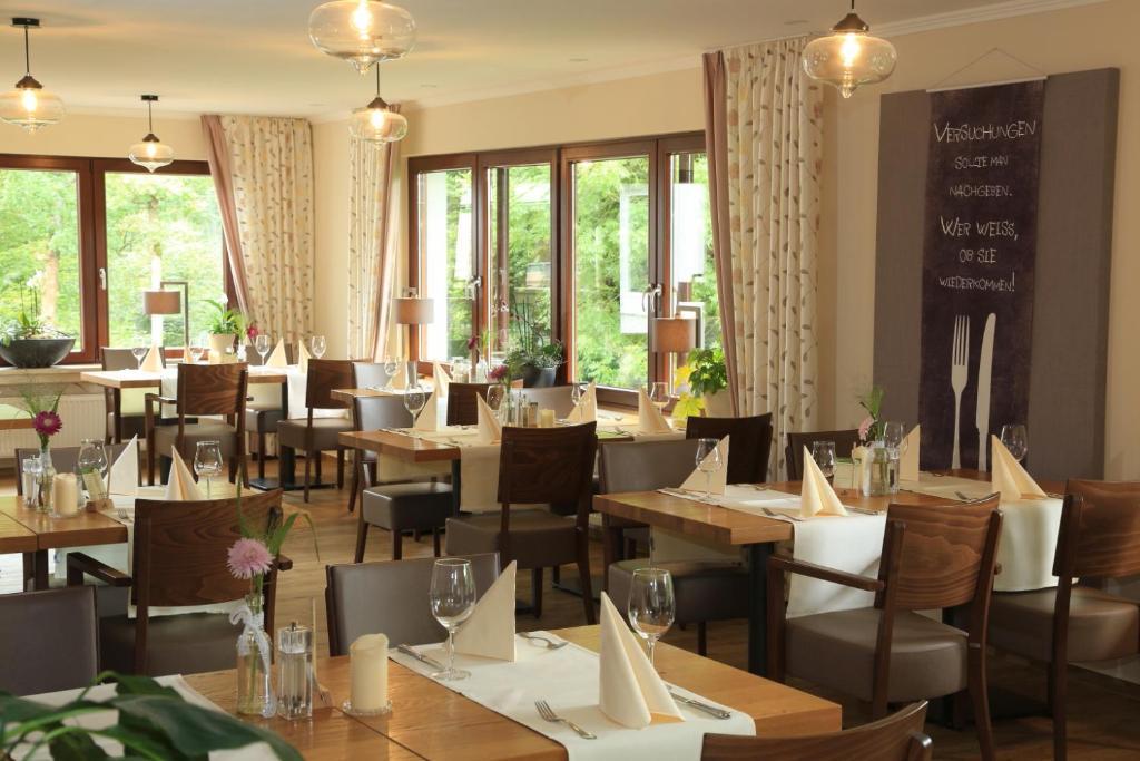 Ein Restaurant oder anderes Speiselokal in der Unterkunft Landidyll Landhaus Liesetal