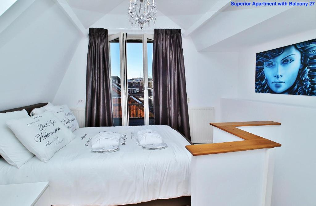 A bed or beds in a room at Luxury Apartments Delft I Golden Heart