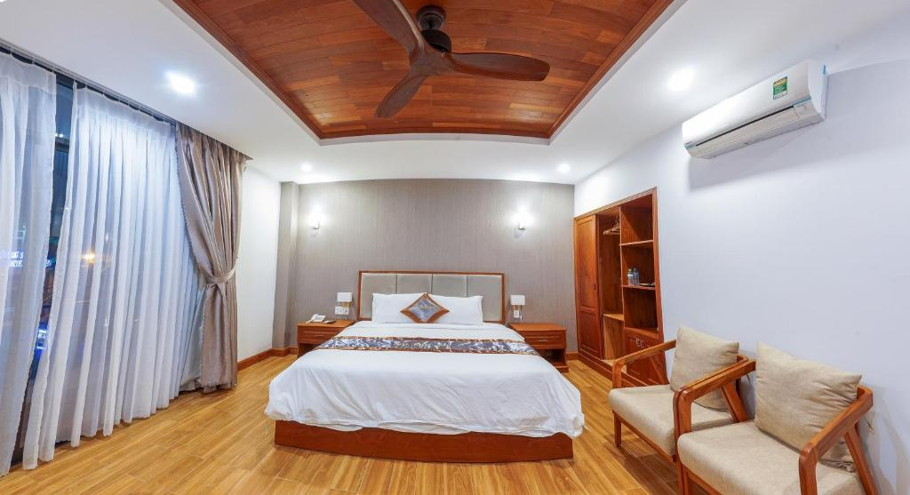A bed or beds in a room at Hotel Nhat Thanh Quy Nhon
