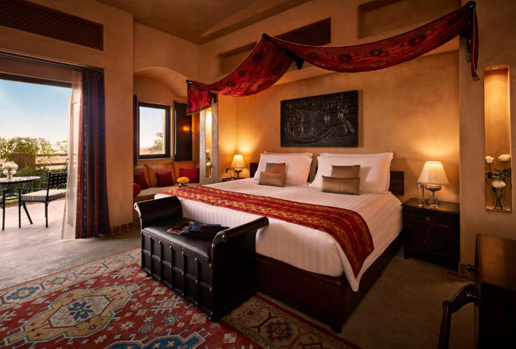 Een bed of bedden in een kamer bij Bab Al Shams Desert Resort and Spa
