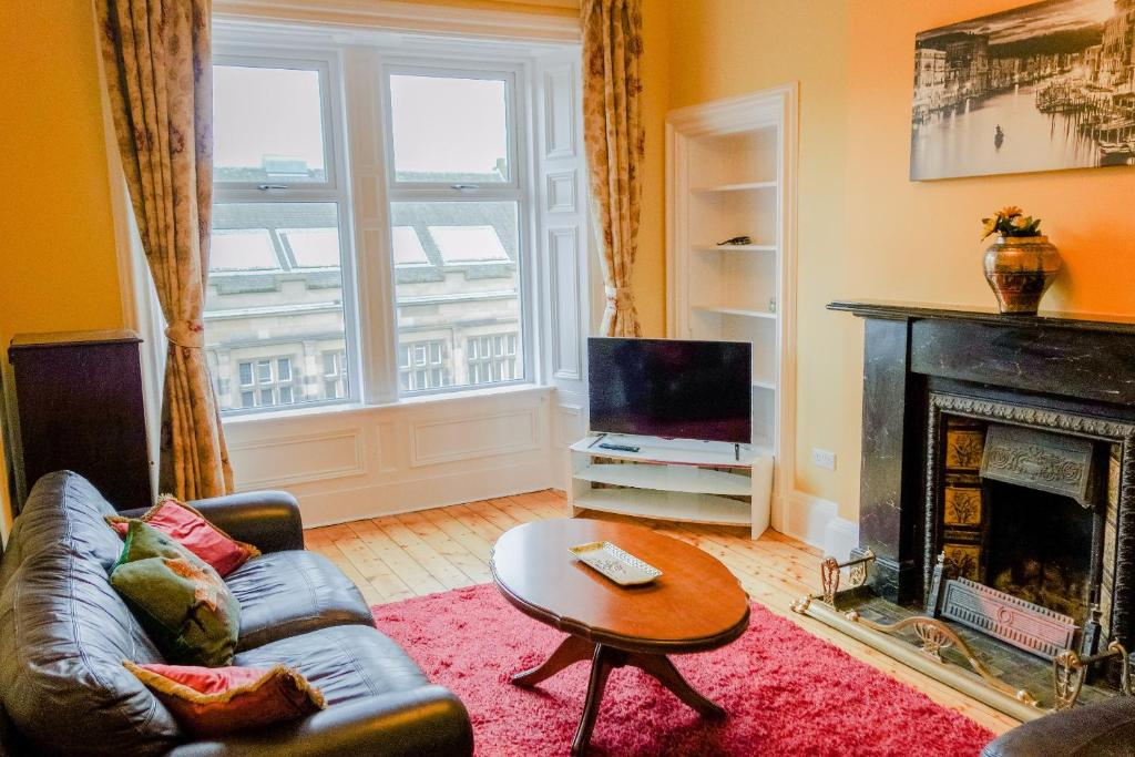 A seating area at 2 Bedroom Flat on Leith Walk Sleeps 4