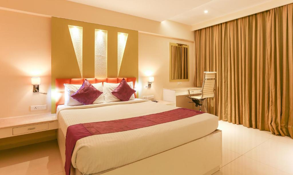 A bed or beds in a room at Treebo Tryst Metropolis Hyderabad