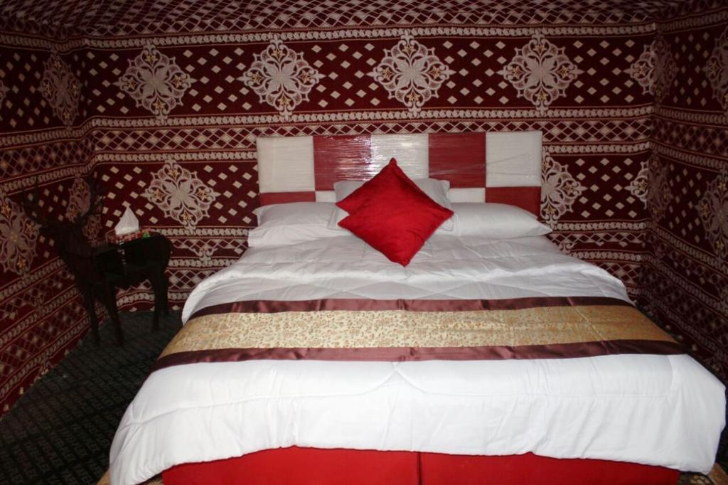 Łóżko lub łóżka w pokoju w obiekcie Wadi Rum Quiet Village