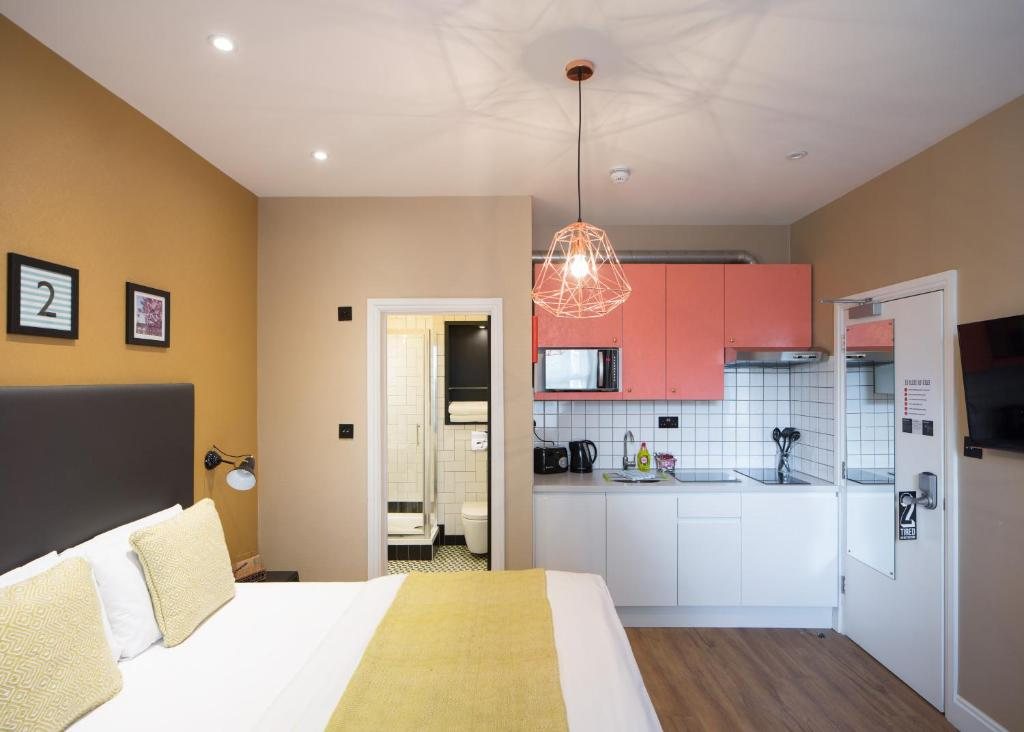 A kitchen or kitchenette at room2 Hammersmith