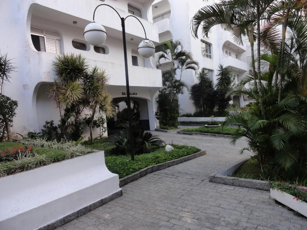 A garden outside Apartamento 3 dorms para 7 pessoas Guarujá- Praia da Enseada