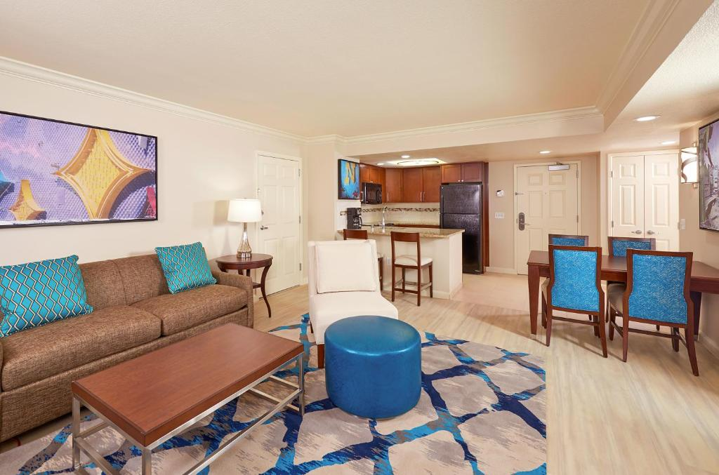 A seating area at Hilton Grand Vacations Suites - Las Vegas - Convention Center
