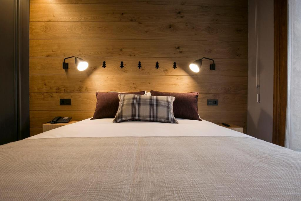 A bed or beds in a room at Hotel Xalet Montana