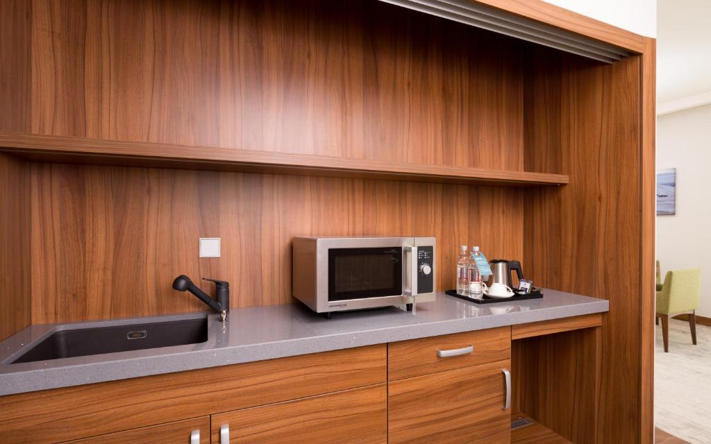 Кухня или мини-кухня в Хилтон Гарден Инн Оренбург