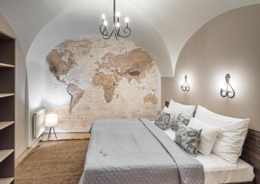 Ein Bett oder Betten in einem Zimmer der Unterkunft Six Continents