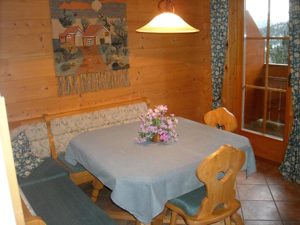 A restaurant or other place to eat at Appartements Zirbenalm