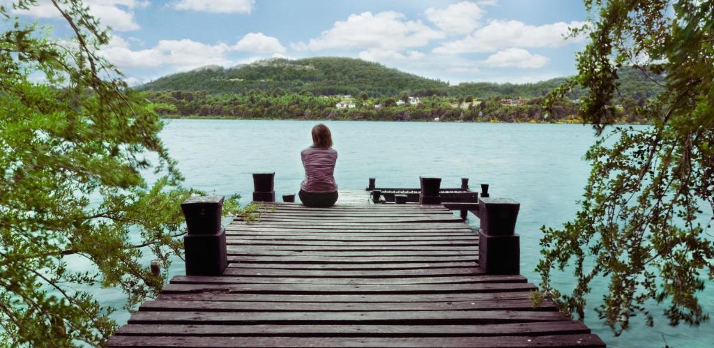 Una vista del lago cerca del complejo de cabañas